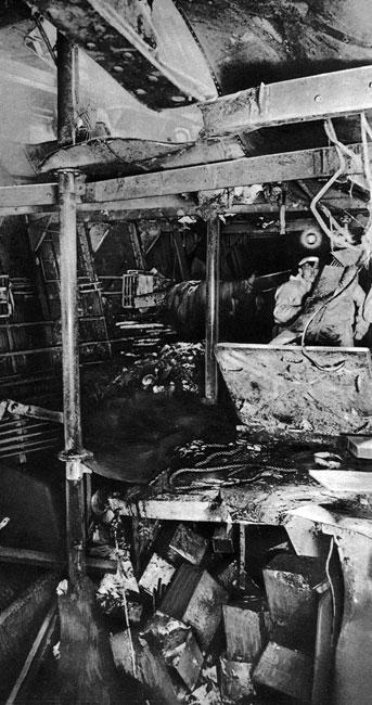 Zniszczenia na krążowniku 'Seydlitz'. Okręt ten brał udział w walce przez cały czas bitwy jutlandzkiej. Wielokrotnie trafiony, został poważnie uszkodzony. Na jego pokładzie śmierć poniosło 98, a rannych zostało 50 marynarzy. 'Seydlitz' powrócił do służby dopiero po długim, poważnym remoncie.