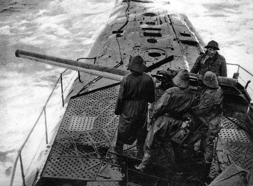 Działo na dziobie niemieckiej łodzi podwodnej. Wobec fiaska planu pokonania floty brytyjskiej w Skagerrak, Niemcy powrócili do koncepcji nieograniczonej wojny podwodnej. Biorąc pod uwagę możliwość włączenia się do wojny Stanów Zjednoczonych, mimo wszystko, zadecydowano się jednak zatapiać od początku lutego 1917 roku wszelkie, również neutralne statki na wodach wokół Francji i Anglii - na Atlantyku i Morzu Śródziemnym. Decyzję tę, wbrew oporowi kanclerza Bethmanna - Hollwega, podjął cesarz Wilhelm pod wpływem generałów Hindenburga i Ludendorffa na naradzie w kwaterze głównej w Pszczynie 9 stycznia 1917 roku.