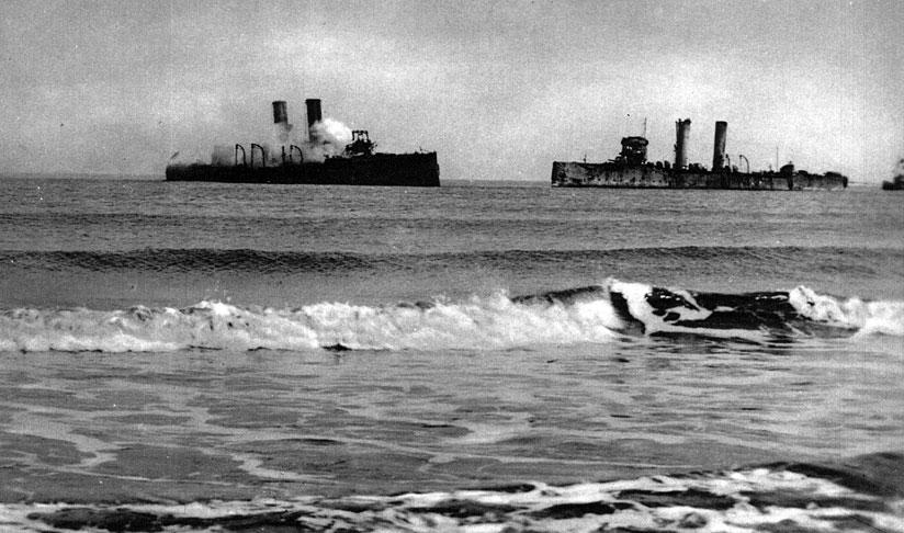 Okręty angielskie usiłujące zablokować bazę U-bootów. Jednym z najważniejszych portów, w którym stacjonowały niemieckie okręty podwodne, była Brugia. Z otwartym morzem łączą ją dwa kanały - nad pierwszym leży Ostenda, nad drugim - Zeebrugge. Anglicy od początku wojny próbowali, bez powodzenia, zablokować oba porty. Kolejną próbę podjęto w kwietniu 1918 roku. Plan akcji przewidywał jednoczesny atak w obydwu punktach: wysadzenie desantu i zniszczenie urządzeń portowych i śluzy w Zeebrugge oraz zatopienie trzech starych, wypełnionych cementem statków, celem zablokowania wejścia do portu. Dwa następne statki-przeszkody lec miały na podejściu do portu w Ostendzie. Brytyjska akcja nie zakończyła się pomyślnie. Niemiecka obrona wybrzeża nie dała się zaskoczyć i odparła brytyjski atak. Port Zeebrugge zatarasowano jedynie częściowo. Mniejsze jednostki nadal mogły zeń korzystać. Statki mające unieszkodliwić Ostendę zaległy, wskutek pomyłki, aż 2 km od portu.