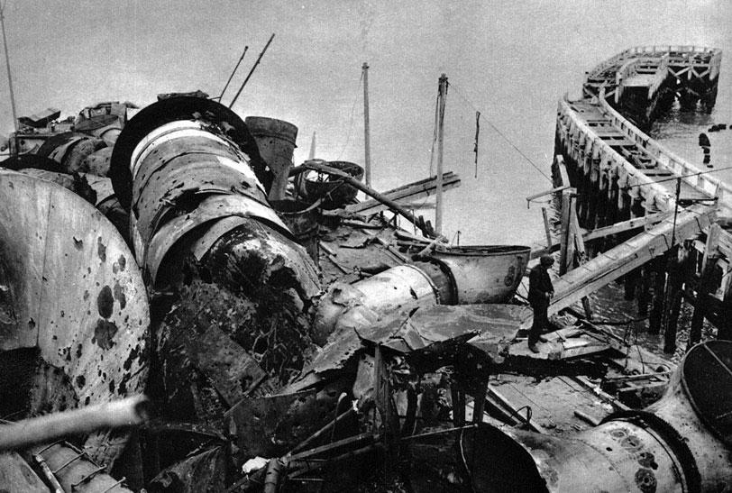 Brytyjski krążownik 'Vindictive' u mola portu w Ostendzie. Mimo niepowodzenia operacji z kwietnia 1918 roku, w następnym miesiącu przeprowadzono kolejną operację w Ostendzie. I ona jednak nie przyniosła spodziewanych efektów. Biorący w niej udział 'Vindictve' nie zdołał całkowicie zablokować wejścia do portu. Podobnie jak Zeebrugge, Ostenda mogła nadal pełnić swą rolę. Sytuację zmieniły dopiero stałe bombardowania lotnicze.