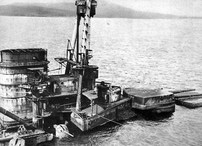 Niemiecki okręt wojenny zatopiony w bazie marynarki brytyjskiej w Scapa Flow. Na mocy rozejmu z 11 listopada 1918 roku flota niemiecka miała zostać rozbrojona i internowana. Znaczna jej część zgromadzona została w Scapa Flow. Niemcy podporządkowali się zarządzeniom alianckim, licząc na zwrot okrętów po ostatecznym zawarciu pokoju. Wkrótce jednak okazało się, że Traktat Wersalski zabrania Niemcom posiadania znaczniejszej floty, a Anglicy nie zamierzają zwrócić zdobyczy. Wówczas (21 czerwca 1918 roku) niemieckie załogi, na polecenie admirała von Reutera, zatopiły swe jednostki. Na dnie znalazło się ogółem 66 dużych okrętów wojennych. Gorycz z powodu upokorzenia, jakiego doznała marynarka niemiecka, była jednym z powodów bardzo intensywnej rozbudowy floty, podjętej w III Rzeszy po dojściu do władzy Adolfa Hitlera. Tworzona w latach trzydziestych Kriegsmarine miała w planowanej wojnie ziścić wreszcie sen o morskiej potędze Niemiec. Doświadczenia Wielkiej Wojny skłoniły nazistów do poświęcenia szczególnie dużych sił i środków na stworze-nie floty podwodnej. W latach 1939-1945 'wilcze stada' U-bootów ponownie rozpoczęły polowania na wszystkich morzach świata.