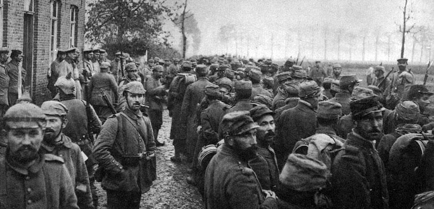 Jeńcy belgijscy przed siedzibą sztabu niemieckiej brygady latem 1914 roku. Żołnierze małej, bohaterskiej armii, którzy nieskutecznie próbowali przeciwstawić się barbarzyńskiemu najazdowi niemieckiemu na ich neutralny kraj, tysiącami dostawali się do niewoli.