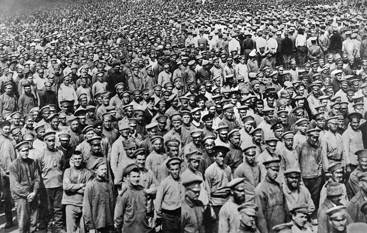 Jeńcy rosyjscy po bitwie pod Tannenbergiem. Najbardziej ostrożne szacunki oceniają liczbę jeńców rosyjskich, którzy dostali się do niewoli niemieckiej w Prusach Wschodnich na przeszło 90 tysięcy ludzi. Do przetransportowania ich na tyły użyto sześćdziesięciu pociągów. Czekały ich długie lata odosobnienia, z dala od rodzin, z trawiącą świadomością klęski poniesionej z winy nieudolnego dowództwa.