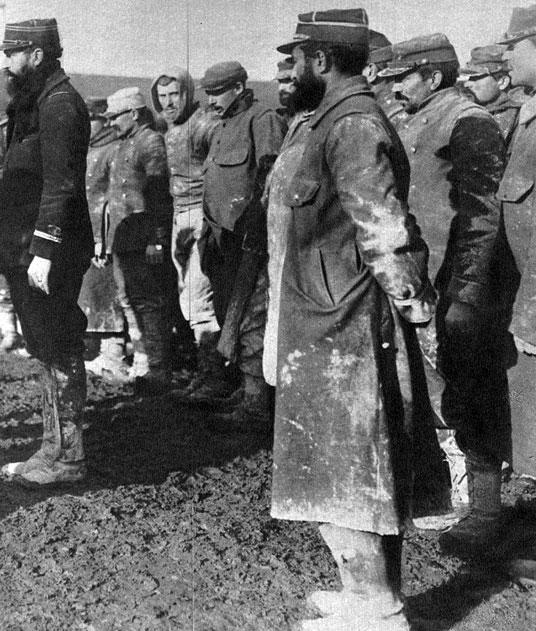 Francuzi w niewoli niemieckiej. Zabłoceni, zmęczeni, z zażenowaniem odwracający twarze od obiektywu aparatu. Niewola oznaczała dla aliantów konieczność poddania się woli wrogów, których propaganda Ententy przedstawiała jako hordy niosące zagrożenie dla cywilizacji. Długa rozłąka z bliskimi, poczucie bezsilności rodziły frustrację, z którą dawni jeńcy powracali po wojnie do swych krajów.