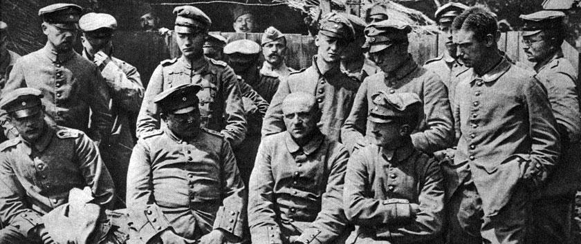 Niemieccy oficerowie w niewoli. Dla żołnierzy Wilhelma II uwięzienie stanowiło doświadczenie szczególnie bolesne. Armia przygotowana była do wojny perfekcyjnie. Zwycięstwo miało nastąpić po kilku tygodniach walk. Plan ten jednak się nie powiódł. Pomimo bohaterstwa i ofiarności wojska, kolejne ofensywy kończyły się fiaskiem. Śmierć zbierała coraz obfitsze żniwo, coraz więcej żołnierzy trafiało za druty obozów jenieckich. Jedyne, co mogło podtrzymywać morale pozbawionych wolności, to nadzieja, że jednak ich ofiara nie poszła na marne i Rzesza pokona w końcu swych wrogów...