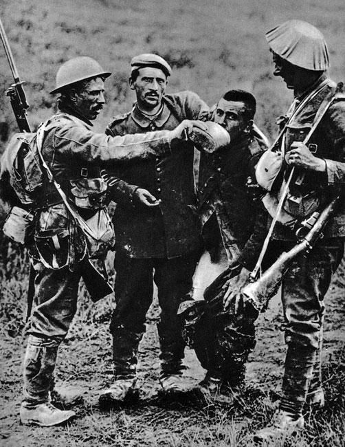 Łyk wody... Pojmaniu wroga towarzyszyły odruchy zwykłego, ludzkiego współczucia. Uzbrojeni po zęby, w pełnym bojowym rynsztunku, Anglicy dają pić słaniającemu się na nogach, podtrzymującemu opadające spodnie, prowadzonemu przez kolegę, rannemu Niemcowi.