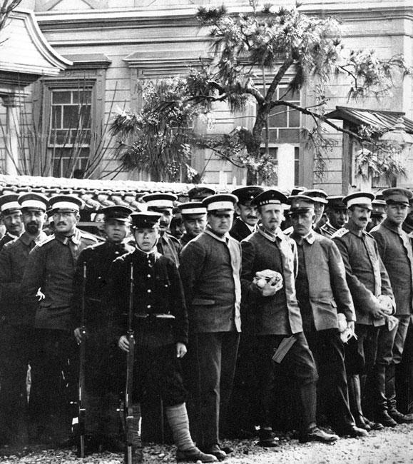 Z dala od ojczyzny. Niemieccy żołnierze w niewoli japońskiej. W pierwszych tygodniach wojny zajęte zostały przez siły sprzymierzonych niemieckie posiadłości na Dalekim Wschodzie. Australijczycy zajęli Nową Gwineę, zaś Japończycy Cingtao w Chinach oraz Samoa, Karoliny, Mariany i Archipelag Bismarcka. Niemieckie oddziały stacjonujące w tych koloniach zamknięte zostały w obozach jenieckich. Ciężar rozłąki z bliskimi potęgowała odległość od Niemiec.