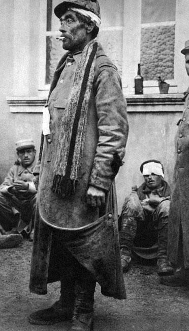 Poilu. Kudłacz, kosmaty, nie ogolony... Tak popularnie nazywano francuskich żołnierzy z okresu Wielkiej Wojny. Służba w okopach, gdzie przez sześć - osiem dni z rzędu nie było możliwości umycia się, ogolenia, zmiany ubrania, sprzyjała upadkowi podstawowych norm respektowanych w cywilizowanym społeczeństwie. Z jednej strony ludzie byli coraz bardziej prostaccy i wulgarni: nie zwracali uwagi na swój wygląd i odór, bez żenady, nie starając się schować przed wzrokiem kolegów, załatwiali potrzeby fizjologiczne. Z drugiej strony wspólny los nieprawdopodobnie zbliżał: towarzysze walki stawali się sobie bliscy, pękały bariery społeczne, rodziło się prawdziwe koleżeństwo, powstawała rzeczywista solidarność.