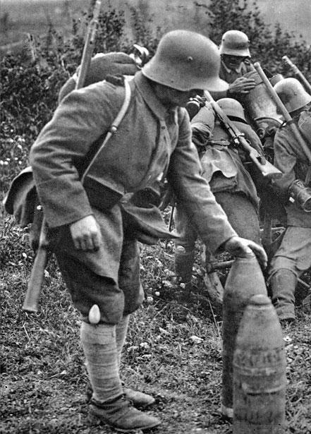 Łyżka żołnierska zatknięta za owijacze artylerzysty. Mimo dobrze zorganizowanych służb kwatermistrzowskich, regularne żywienie żołnierzy - zwłaszcza na Froncie Zachodnim - było poważnym problemem. Ciągły ostrzał artyleryjski, trudny dostęp do wysuniętych linii okopów powodowały, że zdarzały się okresy, w których żołnierze, po obu stronach frontu, byli po prostu głodni. Stąd też szczególną cechą życia frontowców była stała gotowość do odłożenia każdego zajęcia i poświęcenia czasu na posiłek. Gotowość tę symbolizowała zawsze znajdująca się w pogotowiu łyżka.