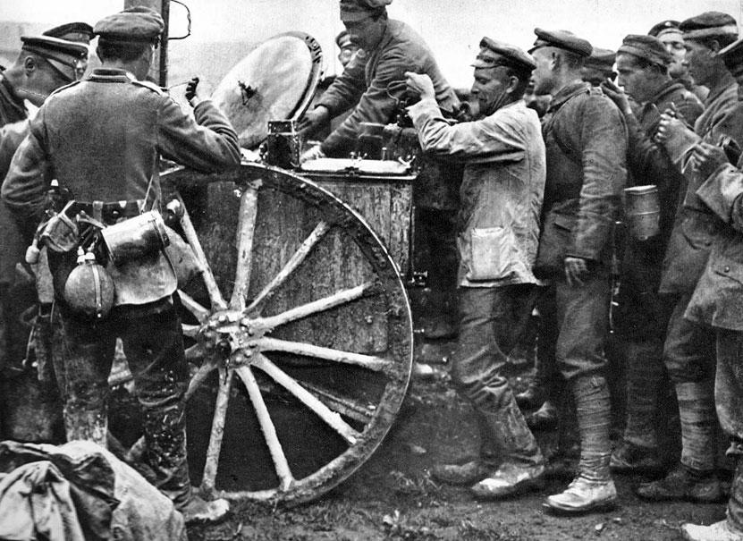 Kolejka po gorący posiłek. Gdy w sierpniu 1914 roku Niemcy maszerowali przez Belgię, drogami tego państwa toczyły się kuchnie polowe, w których kucharze mieszali wrzącą zupę. Z czasem aprowizacja zaczęła szwankować. Głód dawał się żołnierzom we znaki. Mimo to, morale walczących armii było, przez cały okres wojny, bardzo wysokie. Przypadki niesubordynacji w armii niemieckiej były wyjątkowe. Słabe próby buntów wystąpiły jedynie w marynarce wojennej pod sam koniec wojny. W szeregach francuskich poważniejsza fala niezadowolenia zdarzyła się wiosną 1917 roku po załamaniu ofensywy pod Chemin des Dames. Poilus protestowali wówczas przeciwko uciążliwości służby w okopach. Łamanie dyscypliny czy dezercje należały jednak do rzadkości. Wpływało na to poczucie solidarności walczących i świadomość spełniania nader ważnego obowiązku wobec własnego narodu.