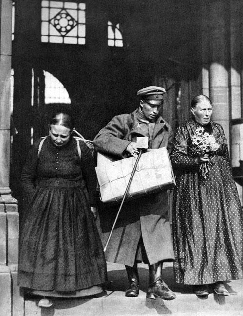 Powrót. Niemiecki weteran powraca z niewoli w 1920. Nie ma już Cesarstwa Niemieckiego. Republika Weimarska boryka się z inflacją, bezrobociem, spłatą odszkodowań. Niemcy utracili Alzację i Lotaryngię, Pomorze Gdańskie, Poznańskie, część Śląska. Nadrenia okupowana była przez zwycięzców. Armia niemiecka została zredukowana do 100 tys. żołnierzy, pozbawiona lotnictwa, broni pancernej, ciężkiej artylerii. Warunki pokoju podyktowanego w Wersalu zwyciężonym były bardzo ciężkie, co rozumieli już współcześni - jak choćby angielski ekonomista John Maynard Keynes. Obawiał się on, by traktat podpisany 28 czerwca 1919 roku nie doprowadził do nowej wojny... W jej wznieceniu niemały udział mięli właśnie pokonani żołnierze Wielkiej Wojny. Zmuszeni do kapitulacji, nie wyrzekli się celów, które przyświecały im w okopach. Nie zapomnieli poległych kolegów, atmosfery braterstwa, poczucia wspólnoty. W kilkanaście lat później poparli szaleńca, który odwoływał się do tych właśnie wartości - Adolfa Hitlera.