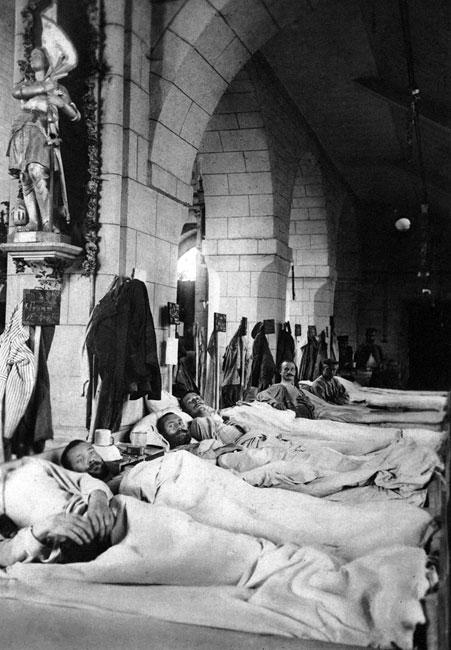 Niemiecki lazaret w kościele. Już pierwsze starcia z armią belgijską przyniosły, tak charakterystyczne dla następnych etapów wojny, szafowanie krwią i życiem żołnierzy. Niemcy atakujący bronione przez Belgów forty padali pod ogniem karabinów maszynowych, tworząc wysokie wały trupów. Ilość rannych była tak wielka, że nie starczało dla nich miejsc w polowych szpitalach. Aby nieść pomoc potrzebującym adoptowano nawet wnętrza świątyń.