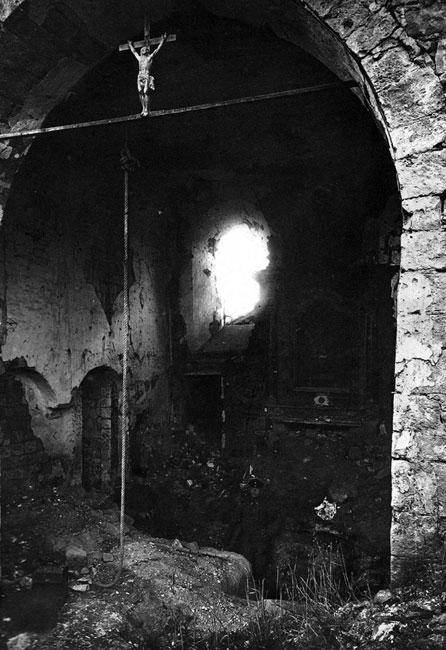 Schron pod ołtarzem. Kościoły, ze względu na solidność murów, wykorzystywano jako schrony. Zmuszał do tego ostrzał artyleryjski i zapoczątkowane przez Niemców w pierwszych dniach sierpnia bombardowanie z powietrza - przy użyciu sterowców.