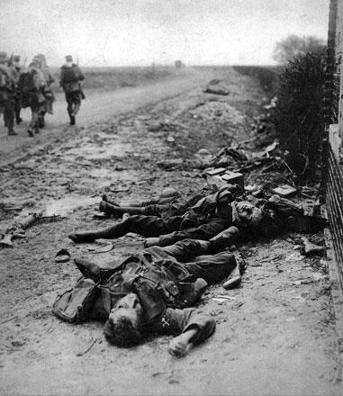 Żywi i martwi. Kolumna niemieckich żołnierzy obojętnie mija ciała poległych Anglików. Jednym z najpotworniejszych skutków wojny było spowszednienie śmierci. Żołnierze obojętnieli na widok zwłok swych wrogów, a nawet ciał towarzyszy broni. Trupy zaściełające przedpole kojarzyły się, z czasem, jedynie z nieznośnym fetorem i grasującymi na nich stadami szczurów. Rozkładające się szczątki często trafiały omyłkowo do worków z piaskiem, wzmacniających przedpiersie okopu. Aby nie postradać zmysłów, żołnierze uciekali w makabryczny, czarny humor. Życie przestawało być najwyższą wartością. Tworzyła się nowa moralność.