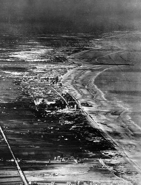 Ostenda w nowej roli - widok z balonu obserwacyjnego. Gdy działania wojenne przybrały w 1914 roku charakter walk pozycyjnych, Ostenda (zajęta przez Niemców) znalazła się w bezpośrednim sąsiedztwie frontu. Ważny handlowy i rybacki port na belgijskim wybrzeżu przed wojną był również znanym w całej Europie, masowo odwiedzanym kurortem. W latach wojny ruch turystyczny zamarł, zaś miasto pocięte zostało okopami. Biała strzałka wskazuje fragment jednego z nich.