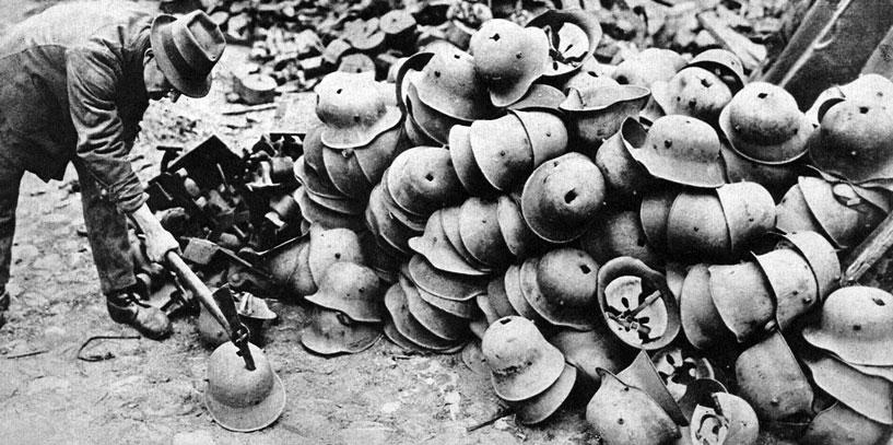 Aby nigdy więcej... Niemcy uznane zostały za winowajcę wojny. Traktat wersalski przewidywał znaczną redukcję i faktyczne rozbrojenie niemieckiej armii. Symbolicznie ukazuje to scena niemieckich hełmów. Nieszczęścia, jakie sprowadziła na świat agresja Rzeszy były niewątpliwe. Jednak sposób, w jaki potraktowano pokonanych, nie był dobrze przemyślany. Twarde warunki pokoju i utrwalenie beznadziejnej sytuacji gospodarczej umocniło postawy zrodzone przez realia wojny. Skutkiem były narodziny nazizmu - ideologii, której rozwój doprowadził do jeszcze straszniejszej i okrutniejszej - Drugiej Wojny Światowej.