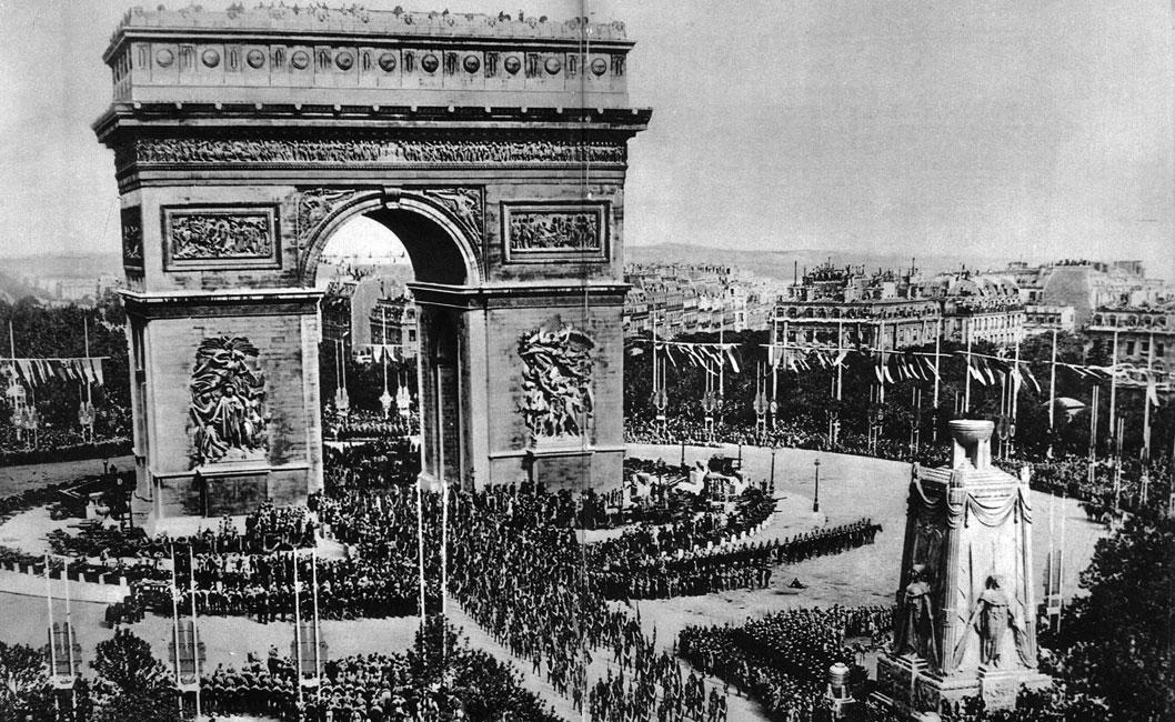 Parada zwycięstwa w Paryżu. Wzięły w niej udział delegacje armii wszystkich zwycięskich państw. Sprzymierzeni deklarowali nadzieję, że już nigdy więcej nie dojdzie do podobnej tragedii. Ludzkość wierzyła, że w przyszłości już nikt nie będzie skłonny do poniesienia tak strasznych ofiar. Jakby nie zdawano sobie sprawy, że oto następuje jedynie dłuższa przerwa w światowych zmaganiach. Jakby nie dopuszczano myśli, że stary świat odszedł, a nowy - zrodzony w okopach Wielkiej Wojny - jest o wiele straszniejszy...
