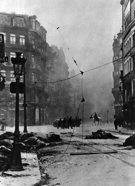 Niemcy na ulicach Lille. Dowództwo francuskie uważało, że to miasto - leżące na północy Francji, nad granicą z Belgią - będzie całkowicie bezpieczne w razie ewentualnej wojny i zupełnie świadomie zrezygnowało z fortyfikowania go. W obliczu rozpoczęcia przez Niemców śmiałego manewru oskrzydlającego armię francuską od północy, Lille zostało ogłoszone miastem otwartym, co nie uchroniło go jednak od walk i zniszczeń dokonanych podczas zajmowania miasta przez oddziały niemieckie.