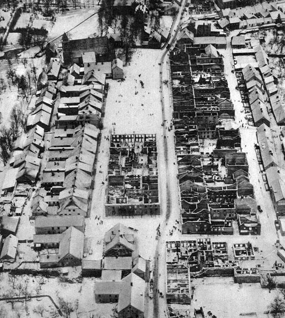 Zniszczenia w Prusach Wschodnich. Miasteczko Hohenstein (obecnie Olsztynek) znalazło się w strefie walk, które Druga Armia rosyjska dowodzona przez generała Aleksandra Samsonowa toczyła w Prusach Wschodnich z Ósmą Armią niemiecką dowodzoną przez generała Paula von Hindenburga. Sąsiedztwo frontu miało dla tej miejscowości fatalne skutki. Ogień strawił budynki w środkowej części rynku oraz domy zajmujące jego wschodnią część.