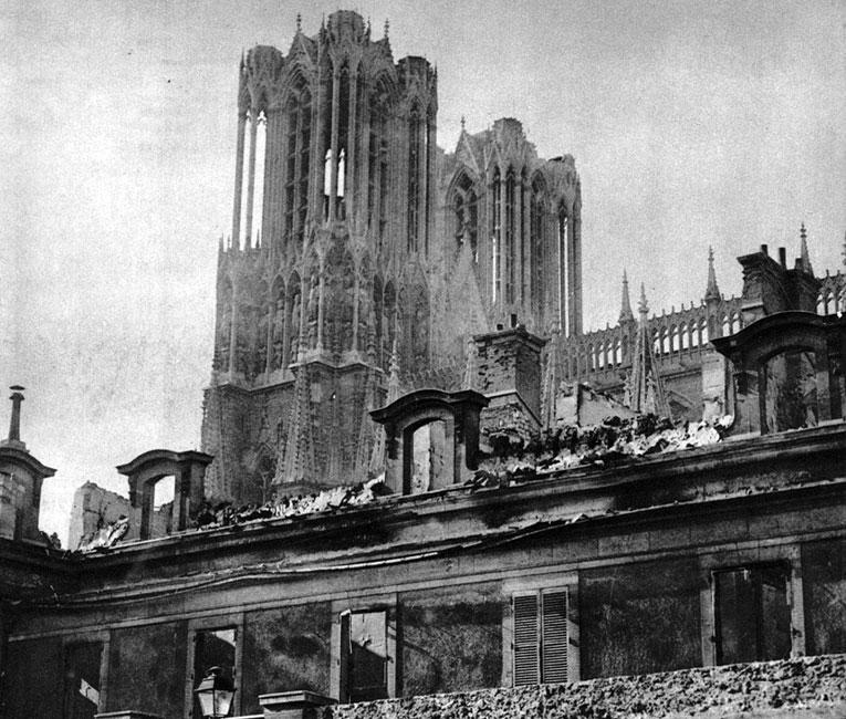 Katedra w Reims po zbombardowaniu przez Niemców. W Reims koronowali się wszyscy królowie francuscy od Chlodwiga poczynając, na Ludwiku XVI kończąc. Zarówno świątynia katedralna, jak i samo miasto, miały dla Francuzów znaczenie szczególne. Chcąc uchronić je od zniszczeń w obliczu zbliżania się Niemców, 3 września ogłoszono je, podobnie jak Lille - miastem otwartym. Mimo to niemiecka artyleria prowadziła ostrzał miasta, a przede wszystkim katedry, tłumacząc to tym, że strzeliste wieże gotyckiego kościoła służą za punkty obserwacyjne posterunkom francuskim. Zniszczenie świątyni spotkało się z ogromnym oburzeniem w całym świecie. Potraktowano je jako symbol niemieckiej brutalności i nieposzanowania wszelkich wartości.