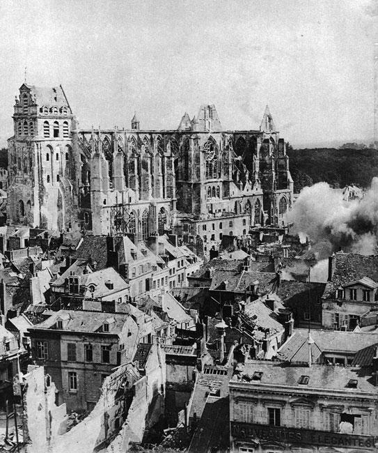 Katedra w Saint-Quentin ostrzelana przez artylerię aliancką. W toku konfliktu obie strony wyzbywały się skrupułów w stosowaniu metod, które wcześniej uznano by za niegodne. Gotycka świątynia w zajętym przez Niemców Saint-Quentin równie dobrze służyć mogła obserwatorom niemieckim, jak katedra w Reims - francuskim, toteż wkrótce podzieliła jej los...