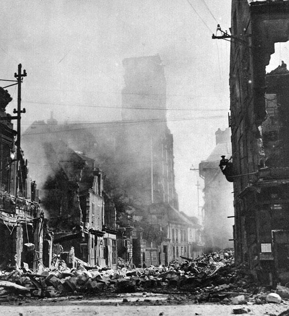 Soissons ponownie w ogniu walk. Maj 1918 roku. Od początku wojny linia frontu przebiegała w pobliżu Soissons. Wiosną 1917 roku Niemcy odrzuceni zostali o kilkadziesiąt kilometrów na wschód, a miasto zajęli alianci. W ręce Niemców przeszło ono 29 maja 1918 roku w wyniku desperackiej ofensywy podjętej w marcu na Froncie Zachodnim. Dramatyczne zmagania odcisnęły swe piętno na obliczu miasta. Zniszczone domy, zasypane gruzem ulice. Choć walki lat 1914- 18 objęły zaledwie północno-wschodnie rejony Francji, to ich intensywność była tak wielka, że spowodowały ogromne straty materialne. Rząd III Republiki ocenił ich wysokość na 130 miliardów franków w złocie. Tragiczne skutki zmagań były widoczne jeszcze przez wiele lat po wojnie.