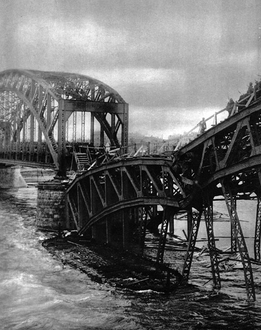 Most na Dźwinie w Rydze. Przyszła stolica niepodległej Łotwy przez większą część wojny pozostawała w rękach rosyjskich. Niemcy zajęli ów port dopiero w wyniku ofensywy podjętej we wrześniu 1917 roku. Choć i armia i państwo rosyjskie znajdowało się wówczas w stanie całkowitego rozkładu, nie zaniedbano zniszczenia ważnej przeprawy. Nie wpłynęło to na przebieg niemieckiego natarcia, lecz powiększyło długą listę strat materialnych w tej części kontynentu.