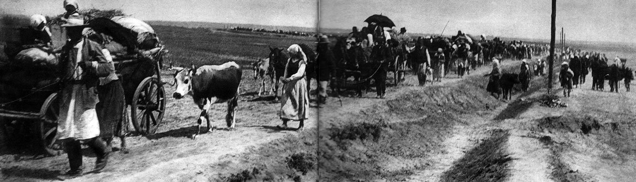 Uchodźcy na drogach Galicji. Sukcesy rosyjskiej ofensywy, podjętej latem 1914 roku na terenie zaboru austriackiego, spowodowały panikę wśród ludności cywilnej, która opuszczała swe domostwa w obawie przed oddziałami rosyjskimi. Ludzie żyjący dotąd w spokoju, bezpiecznie, dostali się w tryby machiny wojennej, która zburzyła ich dotychczasową egzystencję. Wojna nie pozwalała nikomu pozostać na uboczu, dotyczyła wszystkich obywateli walczących państw.