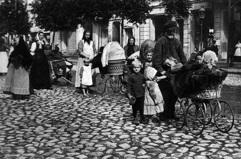 Ucieczka ludności cywilnej w Prusach Wschodnich. Podobnie jak w Galicji, także i na ziemiach niemieckich nadejście Rosjan wzbudzało prawdziwy popłoch. Lęk przed obcą armią podsycany był przez rodzimą propagandę ukazującą najeźdźców jako azjatyckie hordy, nie przestrzegające norm cywilizowanego świata.