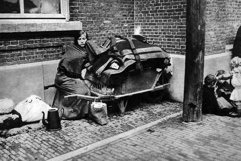 Strach w Belgii. Rzeczywiste powody do strachu przed wkraczającymi napastnikami mieli mieszkańcy Belgii. Zbrodnie, jakich dokonali Niemcy podczas pierwszych tygodni wojny na terenie tego państwa, przejęły zgrozą cały świat. Aby zastraszyć ludność, dziesiątkami mordowano mężczyzn, kobiety i dzieci. Palono miasta i wsie. Belgijskie drogi zapełniły się uciekającymi na zachód ludźmi.