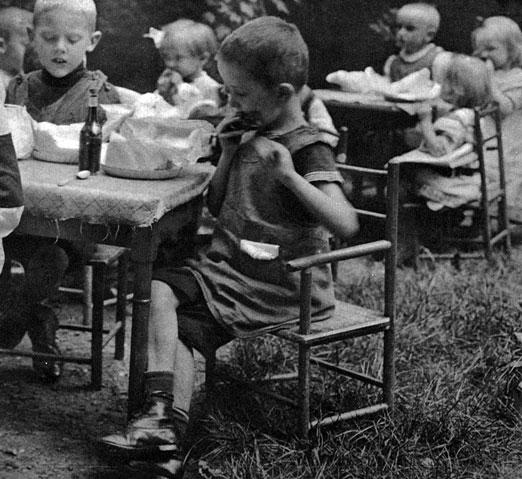 Przedszkolak w czasie blokady. Przejmowanie opieki nad dziećmi przez specjalne instytucje miało swoje pozytywne konsekwencje w czasie, gdy podstawowym problemem stawał się brak żywności. Korzystającym z ochronek dzieciom można było zapewnić dodatkowy , tak ważny dla ich zdrowia, posiłek.