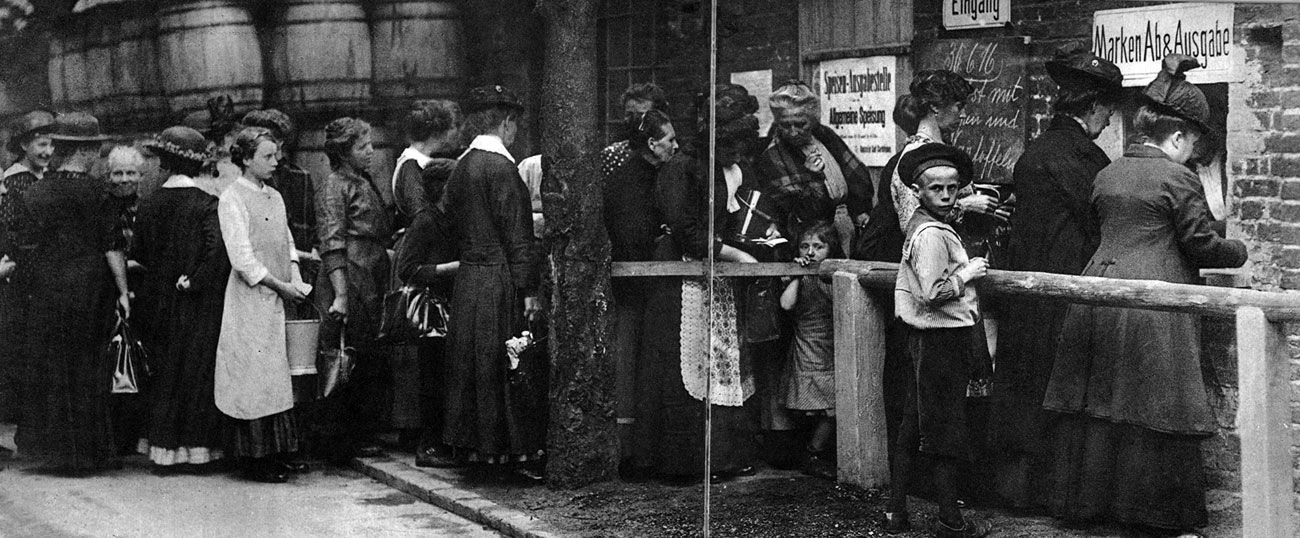 Niemieckie kobiety w kolejce po kartki żywnościowe. Niemcy, które w wyniku podjętej przez aliantów blokady nie mogły liczyć na zamorskie dostawy surowców i żywności, bardzo szybko podjęły działania mające zapewnić zaspokojenie potrzeb armii i społeczeństwa. Rozpisano pożyczki wojenne wśród obywateli i wprowadzono ceny maksymalne. Zobowiązano producentów do obowiązkowych dostaw po ustalanych przez państwo cenach. Wprowadzono reglamentacje podstawowych produktów. Mimo to sytuacja aprowizacyjna Rzeszy stale się pogarszała, co niekorzystnie rzutowało na nastroje społeczeństwa. Już w 1916 roku doszło do zamieszek spowodowanych brakiem żywności.
