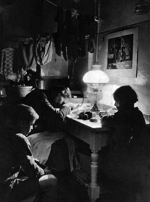 Pod brzemieniem trosk. Trudny do zniesienia ciężar egzystencji przygniatał wiele rodzin - pozbawionych męskiej opieki, zdanych na samodzielną pracę matki. Mimo to wielu Niemców wierzyło w pomyślne zakończenie konfliktu. Nad ubogim, oświetlonym lampą naftową stołem, zawieszona fotografia przedstawiająca Paula von Hindenburga, cesarza Wilhelma II i Ericha Ludendorfa, pochylonych nad mapami sztabowymi w kwaterze głównej. Talent tych trzech ludzi miał zapewnić Rzeszy ostateczne zwycięstwo.