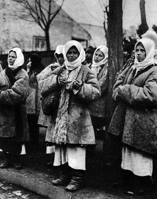 Pod koszarami Cesarsko-Królewskiej Armii. Zgromadzone kobiety przyszły pożegnać odjeżdżających na front mężczyzn. Takie sytuacje europejskie społeczeństwa znały już z poprzednich wojen. Jednak jeszcze nigdy tak wielu mężczyzn nie opuściło swych domów na tak długo...