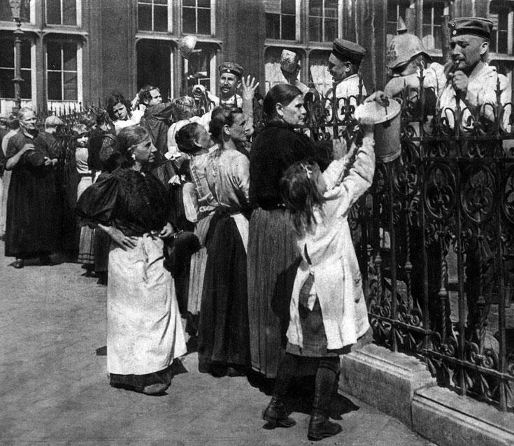 W niemieckich koszarach. Przedstawieni na zdjęciu żołnierze nie odchodzą jeszcze na front. Są to starsi już mężczyźni pełniący służbę w odwodowych oddziałach Landwehry. Z czasem i oni jednak zasilą szeregi walczących. Wielu owdowi żony i osieroci dzieci...
