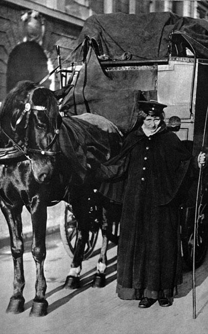 Kobieta - listonosz. Podczas, gdy mężczyźni zmagali się na frontach, ich siostry, żony i córki przejmowały typowo męskie, dotąd, role. Ta młoda dama trudniła się dostarczaniem korespondencji oczekującym rodzinom. Musiała dbać o konia i pocztowy wehikuł.