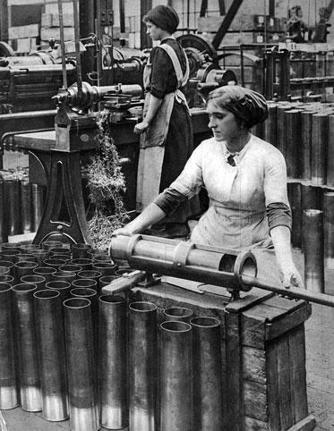 Produkcja pocisków artyleryjskich. Taka sytuacja przed wojną byłaby raczej niemożliwa. Kobiet nie zatrudniano w przemyśle ciężkim, a zwłaszcza zbrojeniowym. Masowa mobilizacja mężczyzn wymusiła jednak znaczne zmiany. Praca kobiet w fabrykach amunicji stała się niezbędna i to nie tylko z punktu widzenia potrzebującej środków do życia rodziny, ale i ze względu na potrzeby państwa. Wprawdzie na początku wojny gwałtownie wzrosło w Niemczech bezrobocie, ale później - w miarę odchodzenia na front kolejnych setek tysięcy rekrutów - pojawił się deficyt rąk do pracy.