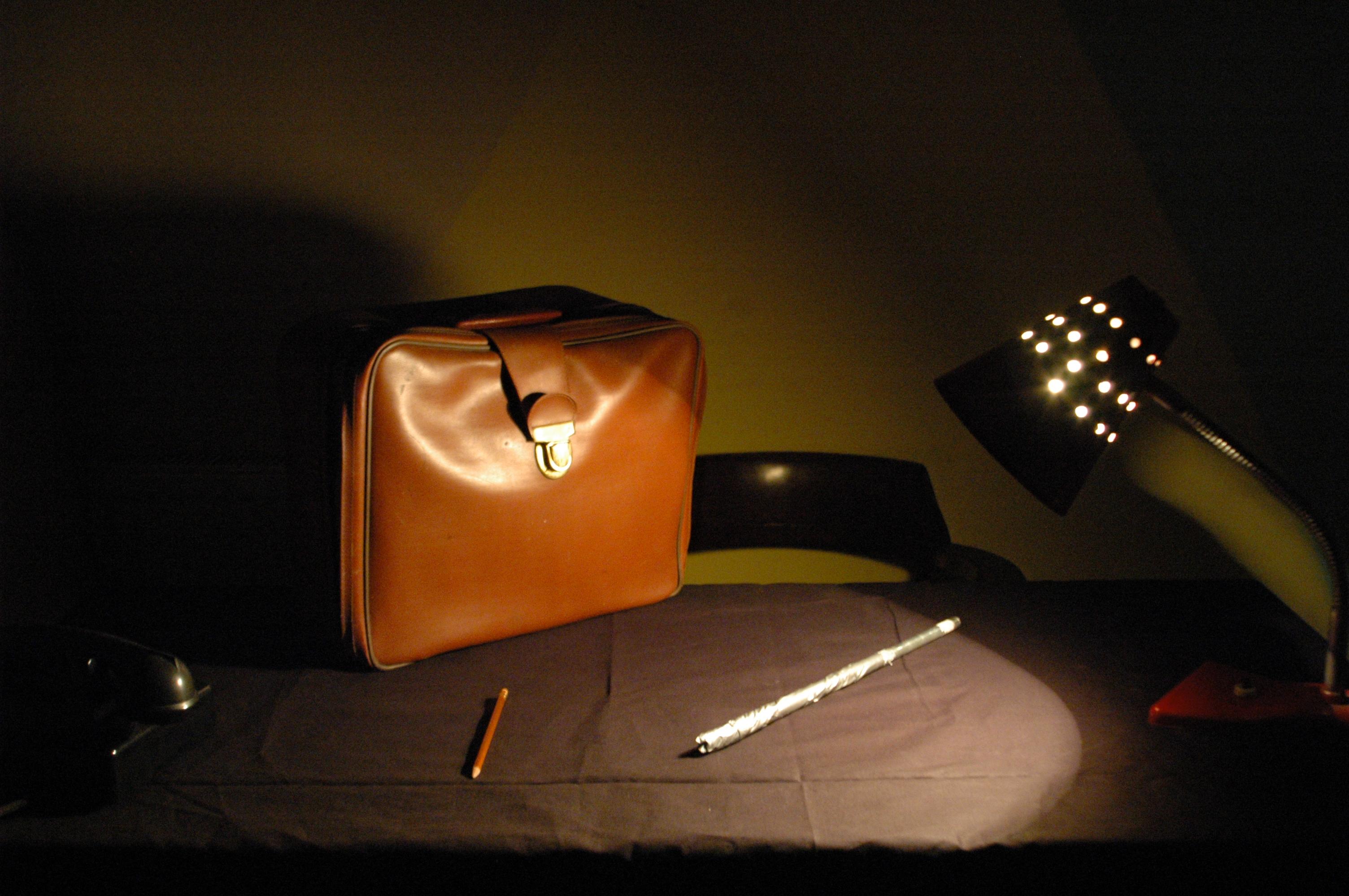 Imitacja ubeckiego pokoju przesłuchań (lampa świecąca w oczy; metalowy pręt do bicia; ołówek, którym funkcjonariusz nie tylko mógł coś zapisać, ale również przebić bębenek w uchu aresztowanego).