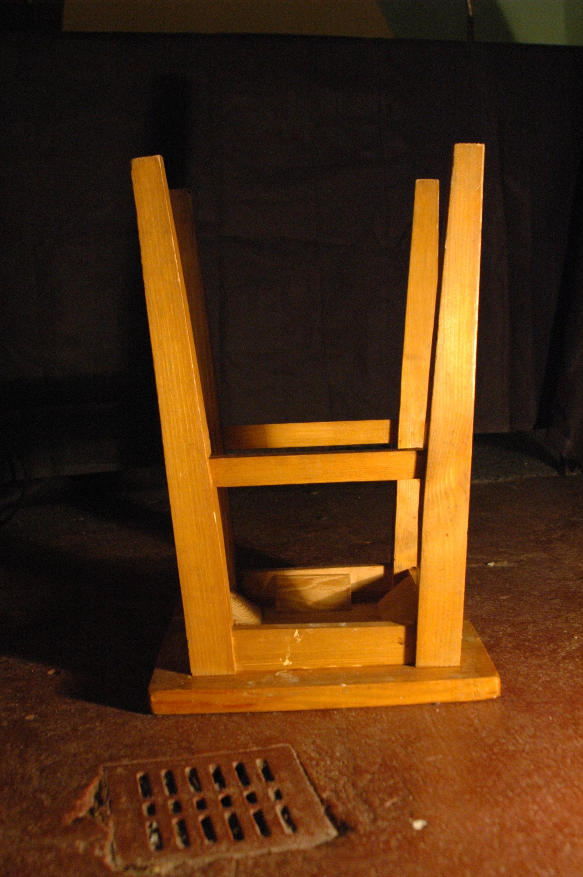 """Tak zwana """"kobyłka Andersa"""", jak """"zabawnie"""" nazywali to ubecy. Przesłuchiwanego zmuszano do – często bardzo długiego – siedzenia na nodze odwróconego taboretu i bito przy próbie zmiany pozycji."""