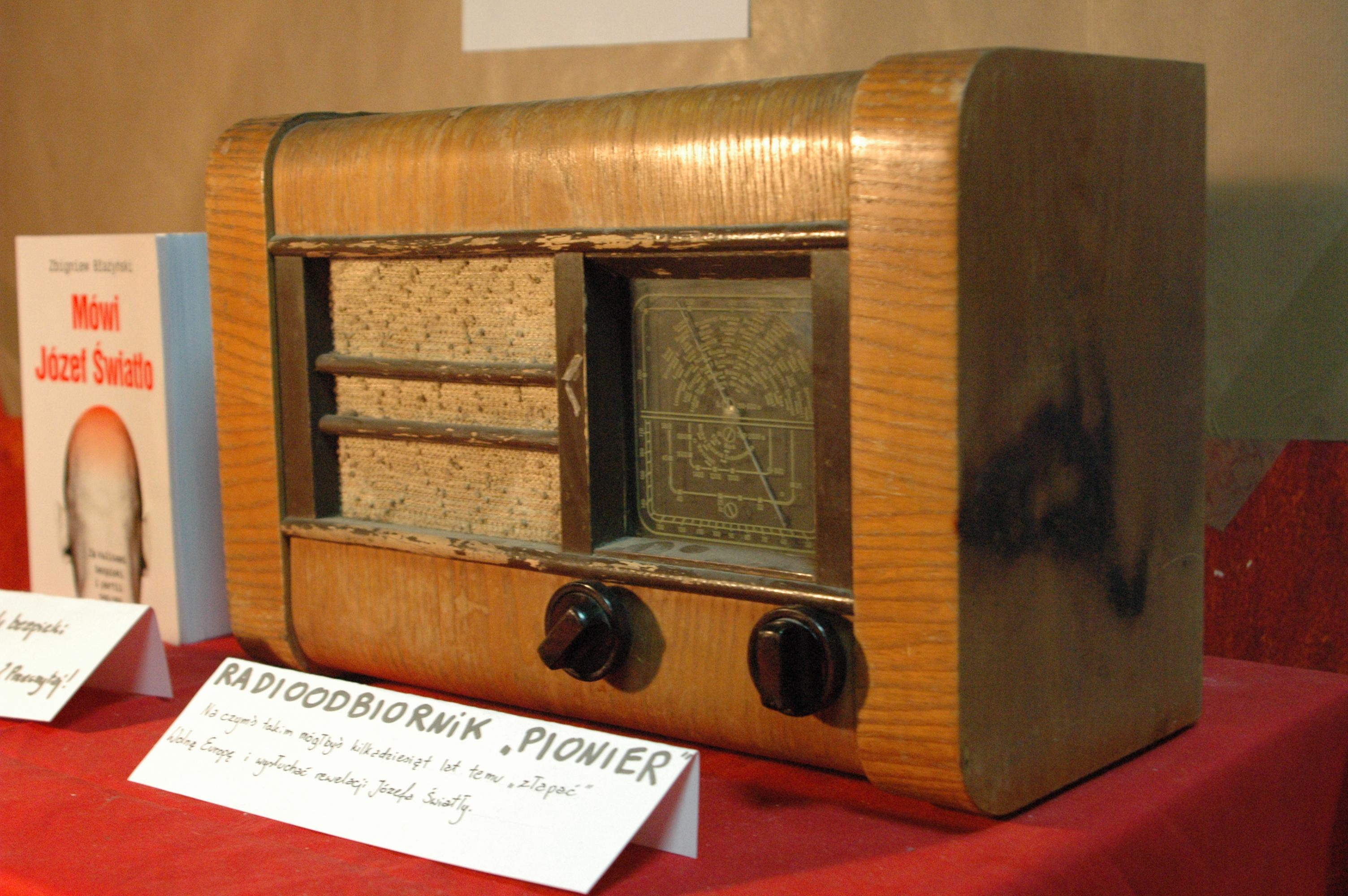 """Oryginalny radioodbiornik """"Pionier"""" z końca lat 40. XX wieku. Za pomocą takiego sprzętu przy odrobinie cierpliwości można było """"złapać"""" - zagłuszane przez komunistów, nadające z zagranicy – Radio Wolna Europa."""