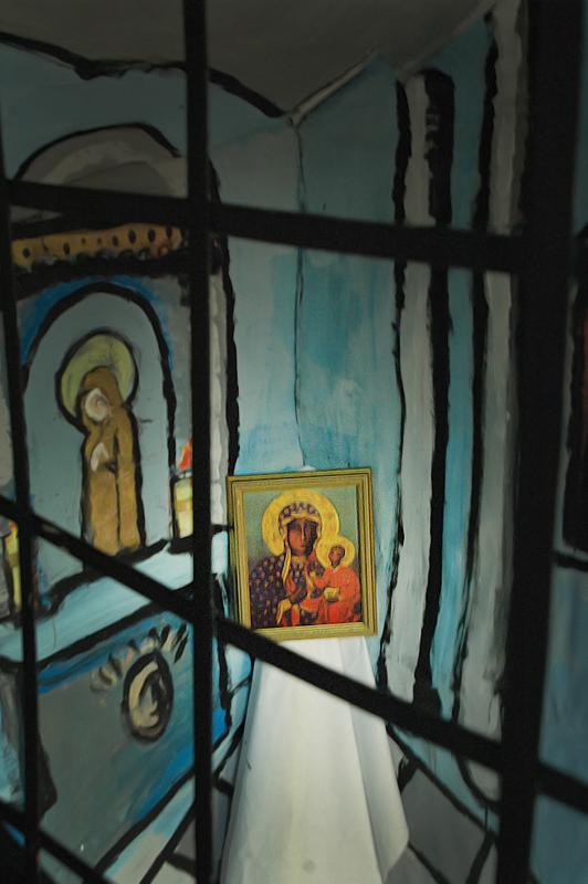 Pomniejszona imitacja kaplicy św. Pawła Pustelnika na Jasnej Górze, z której władze przez kilka lat (1966-1972) nie wypuszczały kopii obrazu Czarnej Madonny, a funkcjonariusze SB bardzo skrupulatnie rewidowali wszystkie opuszczające święte miejsce samochody.