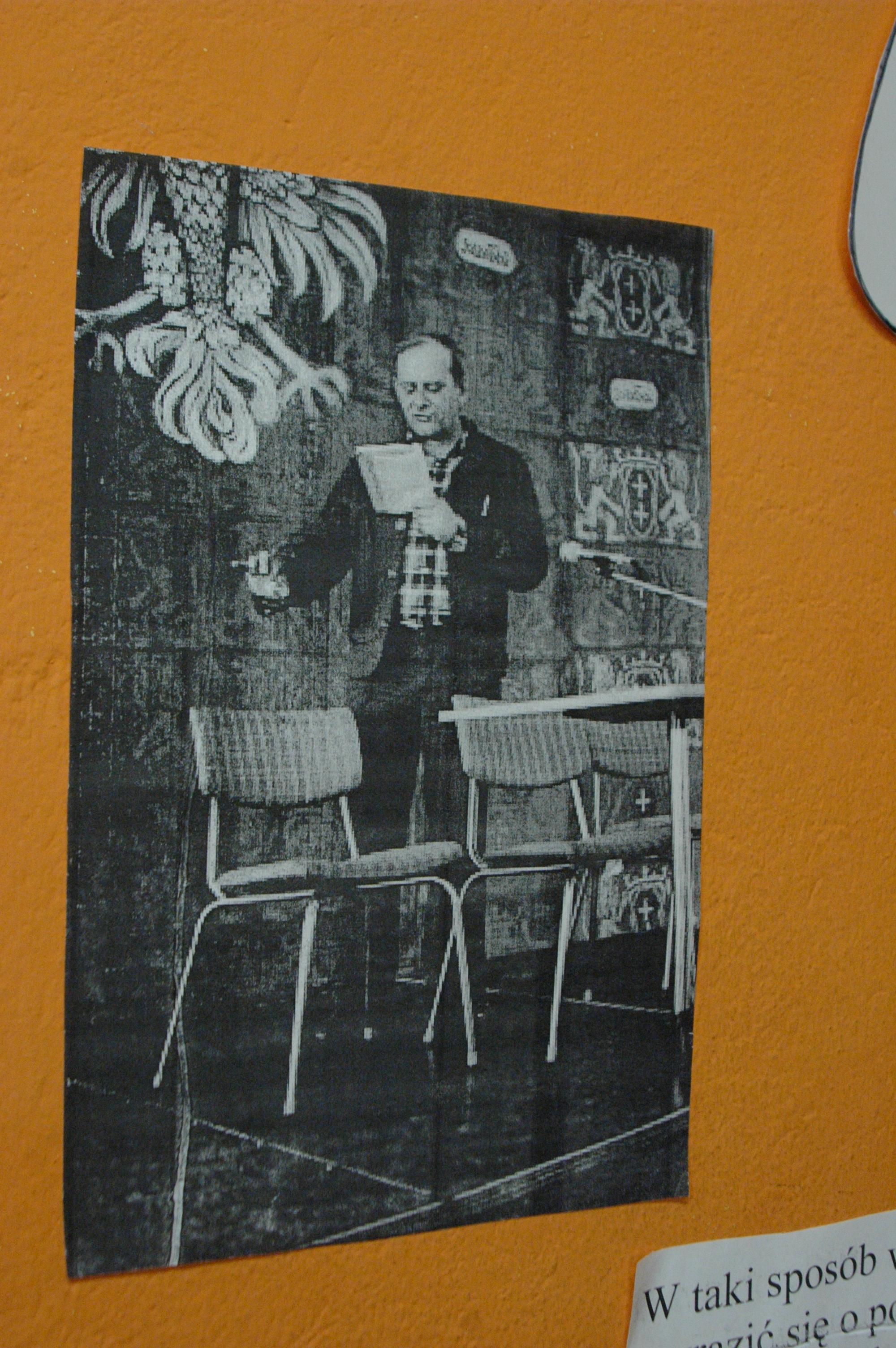"""Janusz Szpotański – autor (zakazanej w PRL-u, napisanej w 1964 roku) satyrycznej sztuki """"Cisi i Gęgacze"""", w której ci pierwsi symbolizowali """"esbeków"""", a drudzy opozycjonistów."""