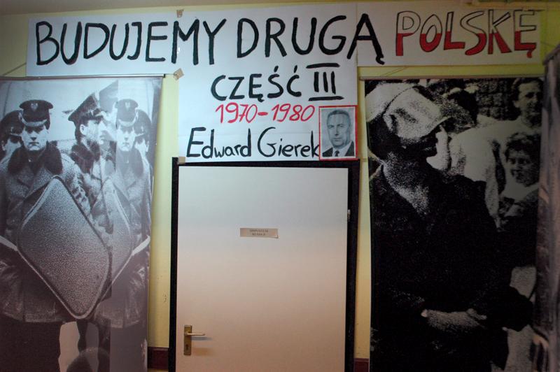 Fragment wystawy poświęcony działalności aparatu represji za rządów Edwarda Gierka.
