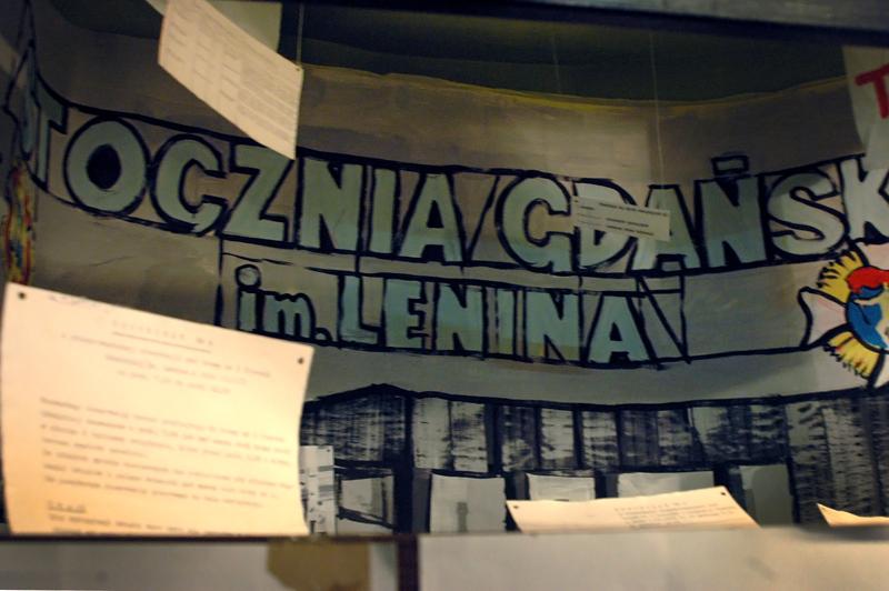 """Ekspozycja poświęcona akcji """"Jesień 70"""" – wieloletniej operacji SB, mającej przeciwdziałać upamiętnianiu masakry robotników, jakiej dokonały władze komunistyczne w grudniu 1970 roku."""