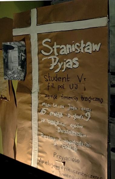 Kopia ręcznie wymalowanego plakatu z 1977, za pomocą którego przyjaciele Pyjasa apelowali o udział w mszy żałobnej i nieuczestniczenie w radosnych Juwenaliach.