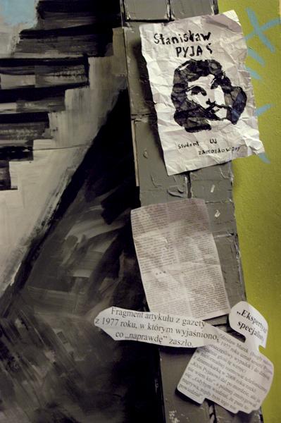 """Kserokopia fragmentu gazety z 1977 roku, gdzie """"wyjaśniano"""", że Stanisław Pyjas po pijanemu spadł ze schodów i umarł."""