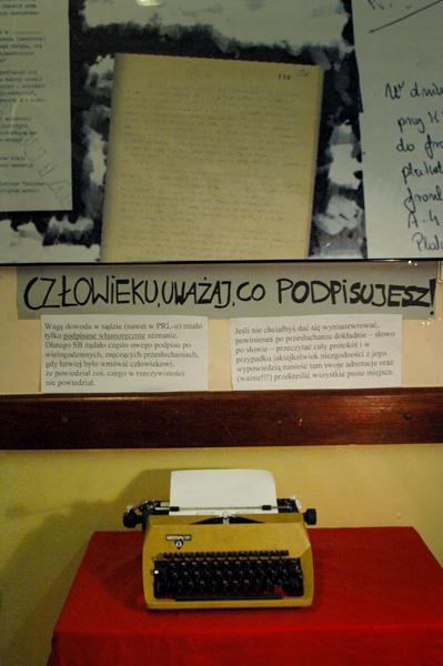 """Świetna polska maszyna do pisania marki """"Łucznik"""". Za pomocą takiego sprzętu sporządzono wiele esbeckich dokumentów (protokołów przesłuchań, raportów itp.), ale używano go też na potrzeby drugiego obiegu, wydając zabronione przez władzę ulotki, gazety, a nawet książki."""