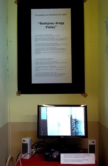 """Prezentacja na monitorze do części """"Budujemy drugą Polskę"""": Fragment dokumentu """"Pamiętajcie Grudzień"""" (zdjęcia z inwigilacji osób upamiętniających pamięć o Grudniu 70); Fragment filmu fabularnego """"Człowiek z żelaza"""" (straszenie głównego bohatera przez """"personalnego"""", że jeśli ten nie zaniecha zamiaru zorganizowania w swoim domu wystawy o Grudniu 70, będzie prześladowany w pracy); Fragmenty fabularyzowanego dokumentu """"Buntownicy"""" (odegrana przez aktorów odmowa podjęcia współpracy z SB przez Stanisława Pyjasa; dokumentalne zdjęcia przypominające tajemniczą śmierć Pyjasa); Fragmenty spektaklu """"Teczki"""" Teatru Ósmego Dnia (odegrana przez aktorów satyryczna scenka ilustrująca instrukcję SB dotyczącą Tajnych Współpracowników mających wniknąć w struktury inwigilowanego Teatru Ósmego Dnia; fotografie raportu z milicyjnej rewizji w mieszkaniu jednego z aktorów Teatru Ósmego Dnia); Fragment filmu fabularnego """"Człowiek z żelaza"""" (rewizja w mieszkaniu głównego bohatera); Fragment dokumentu """"Bezpieka wobec WZZ na Śląsku"""" (meldunki i zdjęcia operacyjne SB powstałe podczas inwigilacji Kazimierza Świtonia – działacza Wolnych Związków Zawodowych); Fragmenty dokumentu """"Zanim wybuchł Sierpień"""" (wspomnienie Anny Walentynowicz – działaczki WZZ – o próbie zastraszenia jej przez SB; wspomnienie Andrzeja Gwiazdy – działacza WZZ – o specyfice """"życia na podsłuchu""""); Fragmenty filmu fabularnego """"Człowiek z żelaza"""" (nakazanie przez przedstawiciela władz reporterowi, aby ten zrealizował kłamliwy materiał telewizyjny kompromitujący uczestnika strajku w sierpniu 1980 roku; żale funkcjonariusza SB, że bez rozkazu nie wolno im rozbić strajku siłą) Download"""