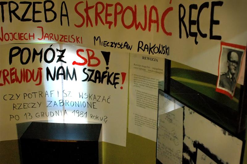 """Ten etap wystawy przypomina działalność bezpieki w czasach, w których sytuacja zmieniała się jak w kalejdoskopie (w sierpniu 1980 roku powstaje NSZZ """"Solidarność"""" i następuje kilkanaście miesięcy niespotykanej w krajach komunistycznych wolności; w grudniu roku 1981 generał Jaruzelski wprowadza stan wojenny, a opozycja schodzi do podziemia; na przełomie lat 80 i 90 Polska Rzeczpospolita Ludowa zostaje zlikwidowana)."""