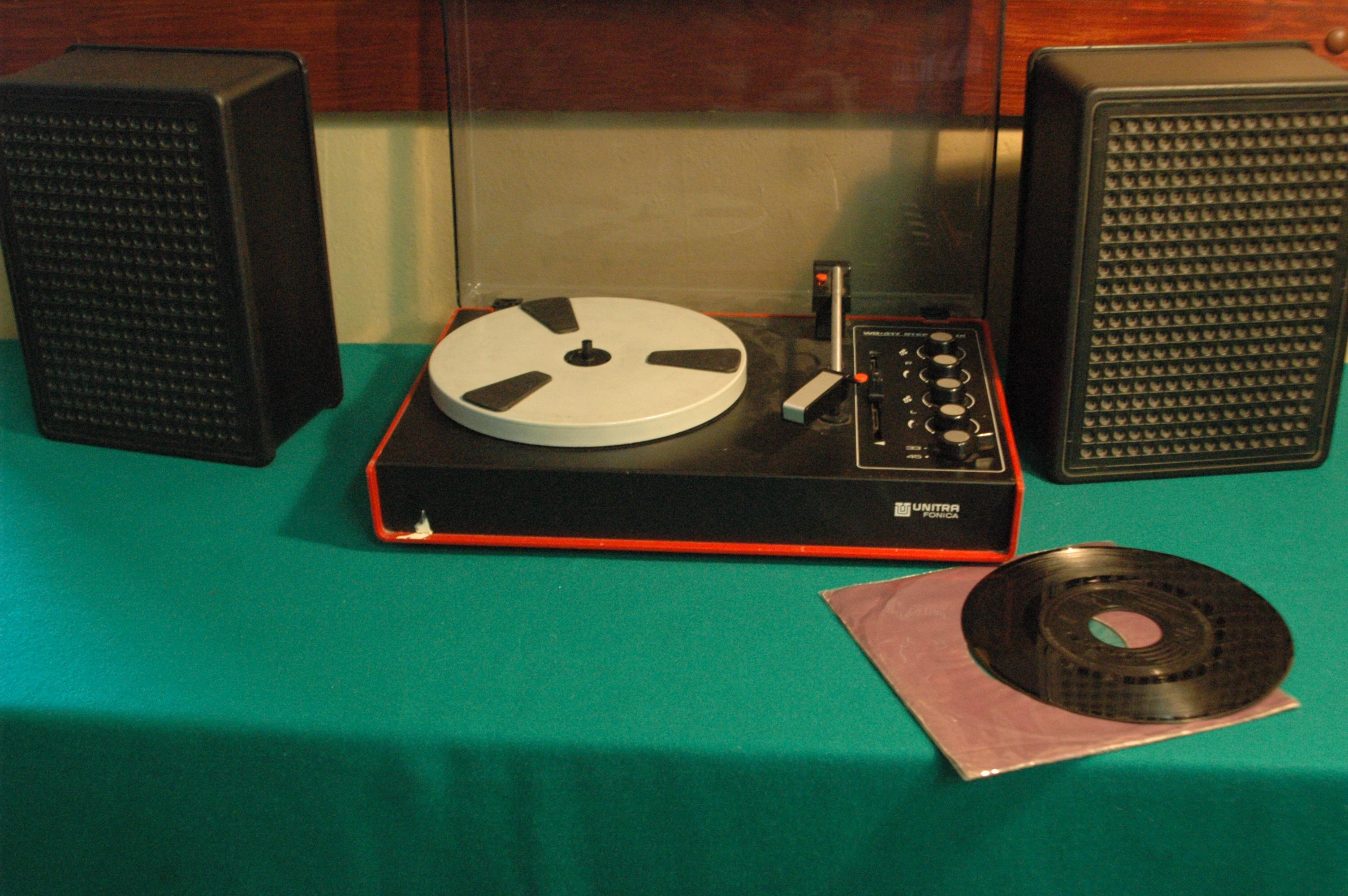 """""""Podejrzaną"""" piosenkę można """"odsłuchać"""" z oryginalnej winylowej płyty z tamtych czasów za pomocą równie autentycznego starego adapteru."""